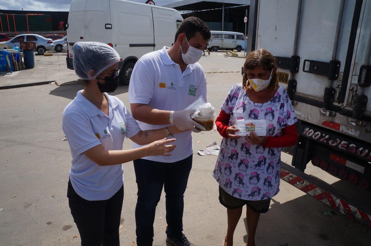 Ceasa-CE e Mais Nutrição distribuem mil sopas, mil máscaras e mil pães