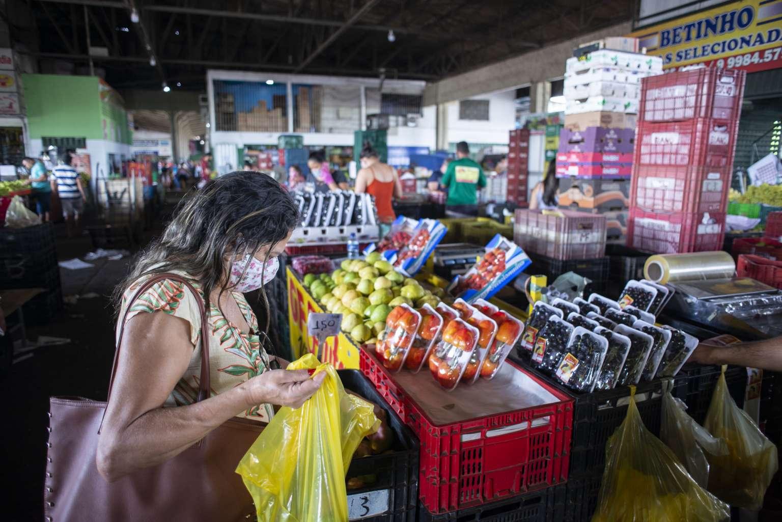 Mercado agrícola inicia a semana bem abastecido nos setores de frutas e hortaliças